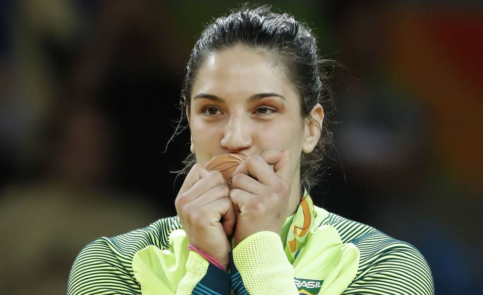 Mayra Aguiar beija a medalha de bronze,