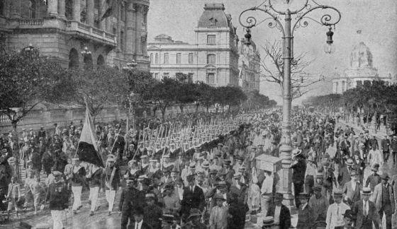 Latino-americanos se manifestam contra a Alemanha no Rio de Janeiro, no dia 14 de julho de 1917.