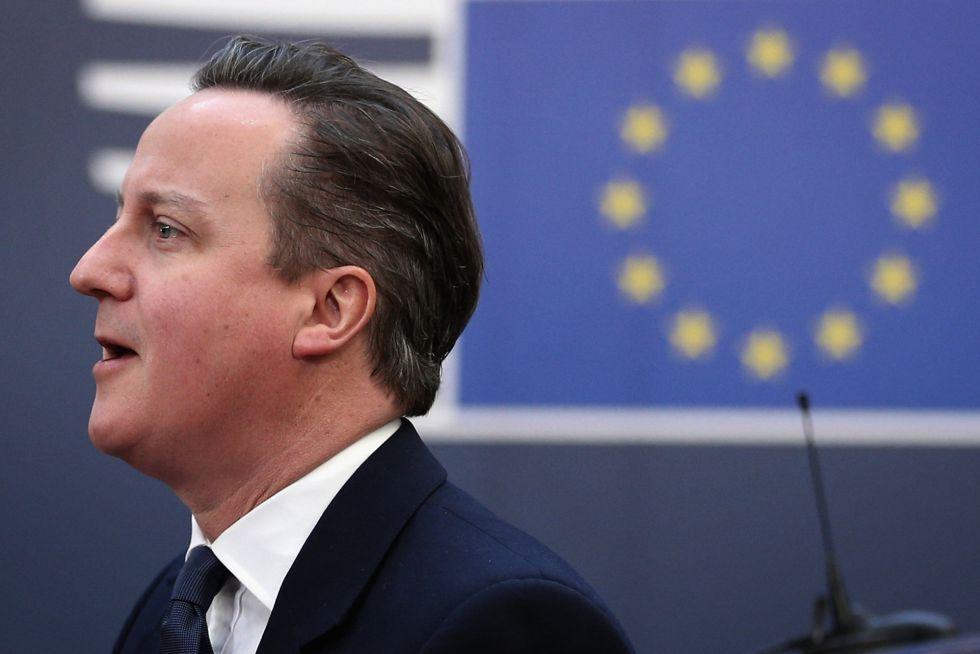 David Cameron, ao chegar para o segundo dia de negociações com o Conselho Europeu, em Bruxelas, nesta sexta-feira.
