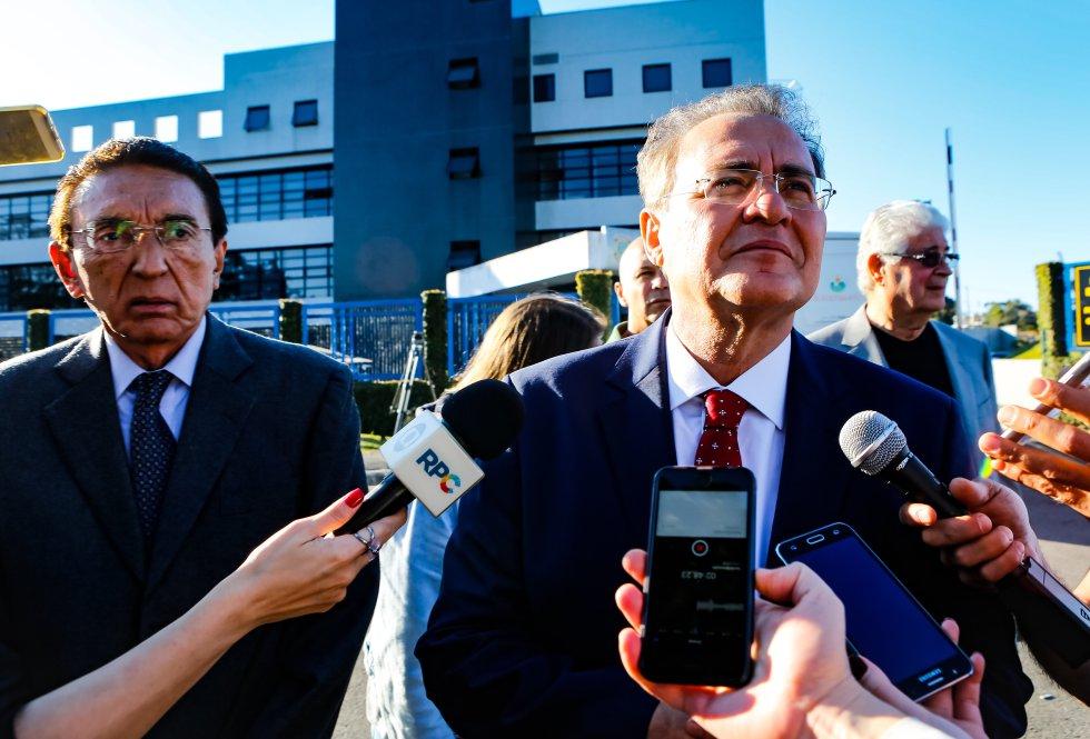 O senador Renan Calheiros visitou o ex-presidente Lula, ao lado dos também senadores Jorge Viana, Roberto Requião, Edison Lobão e Armando Monteiro, integrantes da comissão suprapartidária de Constituição e Justiça do Senado, na terça-feira, 17 de julho.