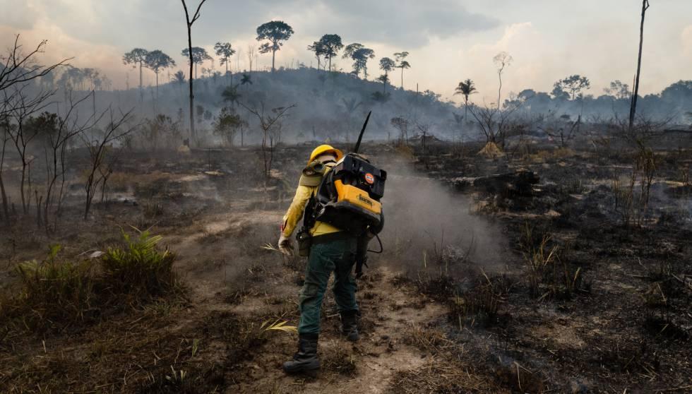 Um bombeiro combate o fogo em uma floresta em Nova Fronteira, na cidade de Novo Progresso, no estado do Pará, na Amazônia brasileira, em setembro.