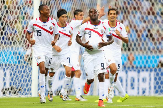 Campbell celebra o seu gol, seguido pelos companheiros.
