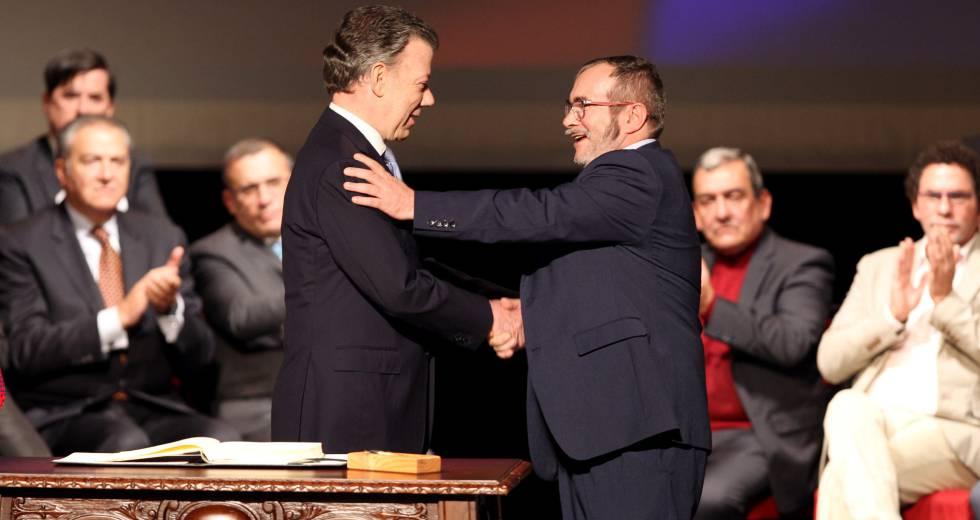 O presidente da Colômbia, Juan Manuel Santos (esq.) e o chefe máximo das FARC, Rodrigo Londoño Echeverry (dir.) cumprimentam-se antes de firmar o novo acordo de paz