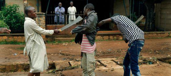 Dois milicianos muçulmanos armados atacam um cristão em Bangui.