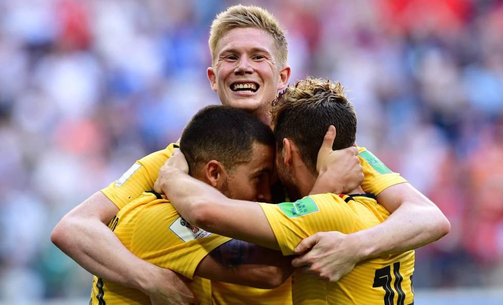 De Bruyne, Mertens e Hazard comemoram o segundo gol belga.