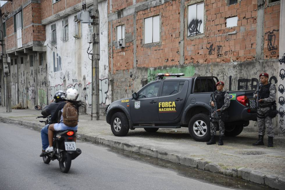 Policiais da Força Nacional na favela da Maré, no Rio.