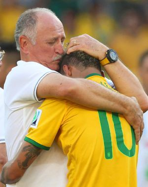 Scolari abraça Neymar, que não pôde reprimir as lágrimas.