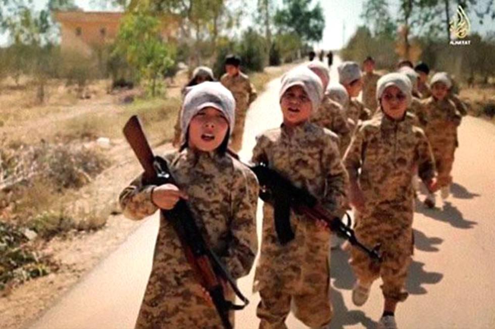 Crianças recrutadas pelo Estado Islâmico em uma imagem de televisão.