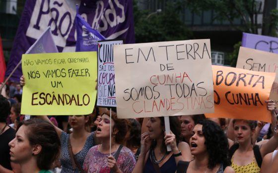 Manifestantes em defesa dos direitos das mulheres em protesto nesta quinta-feira o presidente da Câmara, Eduardo Cunha, na Avenida Paulista, em São Paulo.