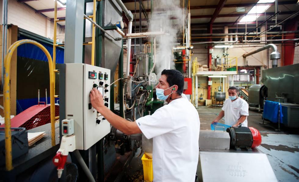 Trabalhadores em uma fábrica.