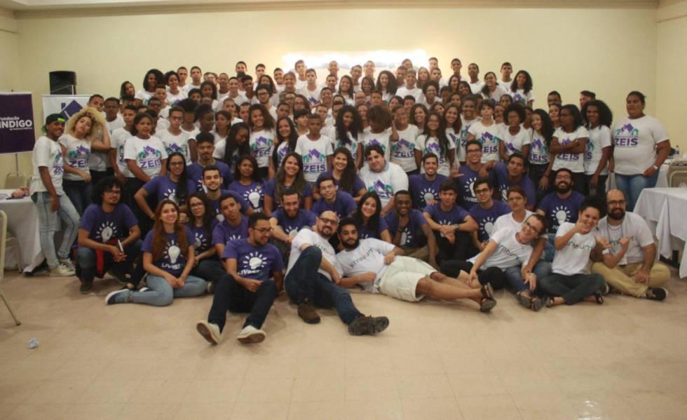 Participantes do projeto Embaixadores das ZEIS, promovido pelo Livres, posam para foto em Recife, em setembro. O movimento pretende nacionalizar a iniciativa.