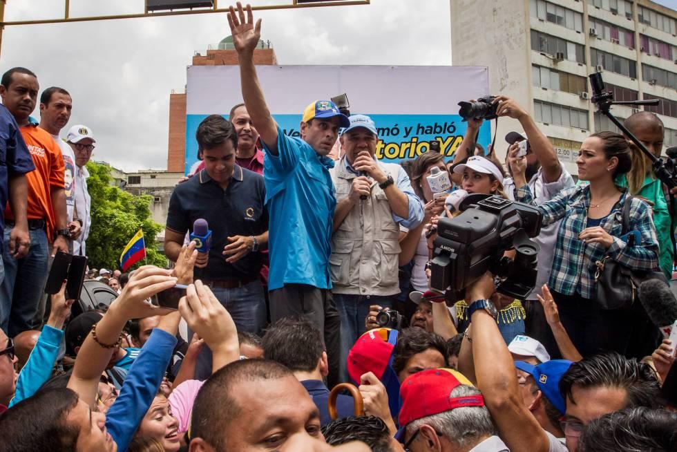 O líder opositor Henrique Capriles (de azul) e Jesús Torrealba.