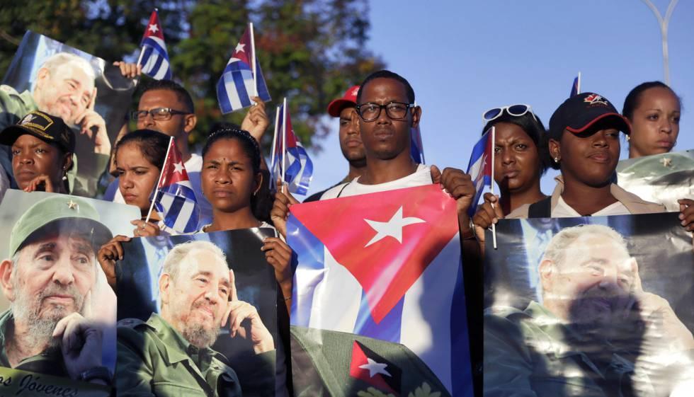 Cubanos com fotos de Fidel em Santiago.
