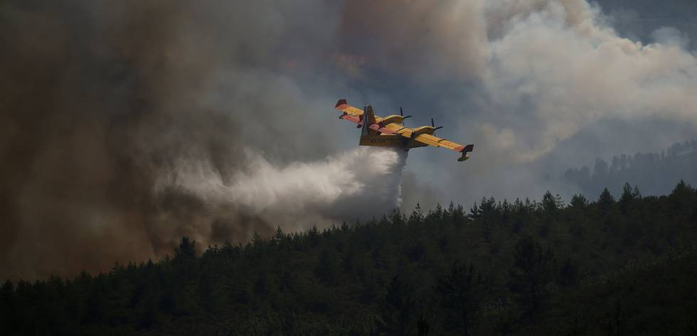Imagem de uma das aeronaves que ajudam no combate ao fogo em Portugal.
