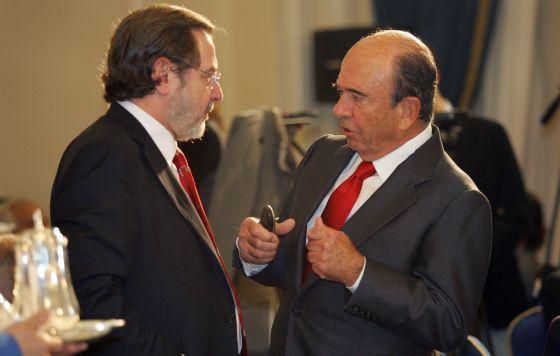 Emilio Botín (à direita) conversa com Juan Luis Cebrián em 2007.