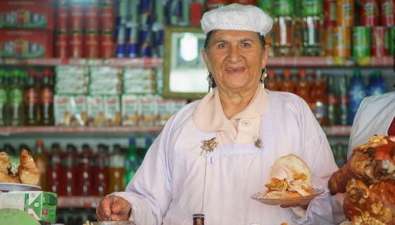 Doña Cristina, em sua banca em Las Cholas.