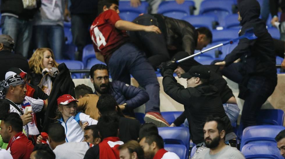 Briga entre os torcedores de Lyon e Besiktas.