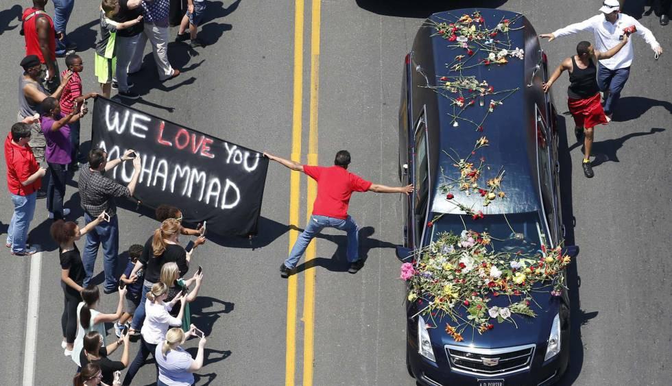 Várias pessoas na despedida de Muhammad Ali.