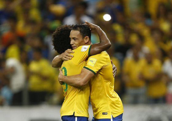 Ricardo e Willian do Brasil celebram a vitória.