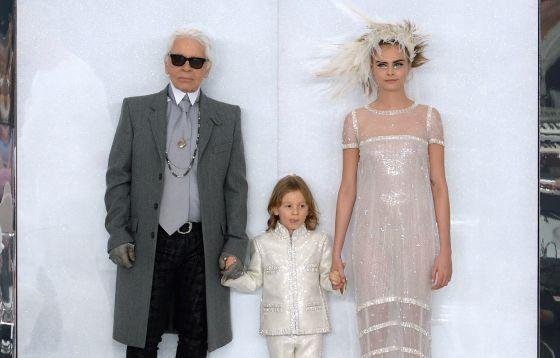 Hudson Kroenig, entre o estilista Karl Lagerfeld e a modelo Cara Delevingne, no encerramento de uma desfile da Dior.