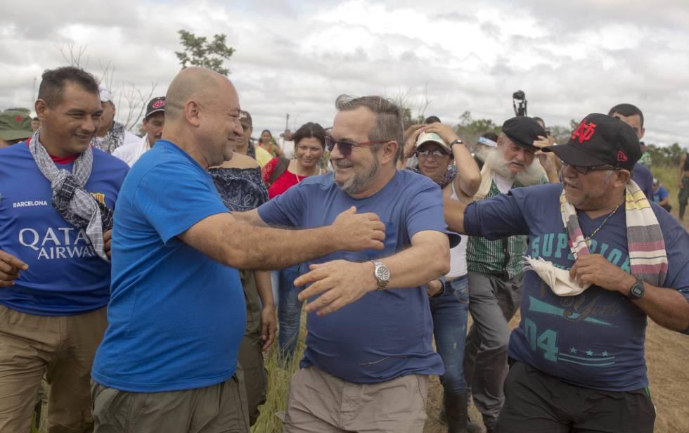 Timochenko se despede de Carlos Antonio Lozada antes de partir para Cartagena.