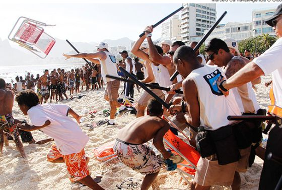 Policiais reprimem um 'arrastão' no Rio de Janeiro em 2013.