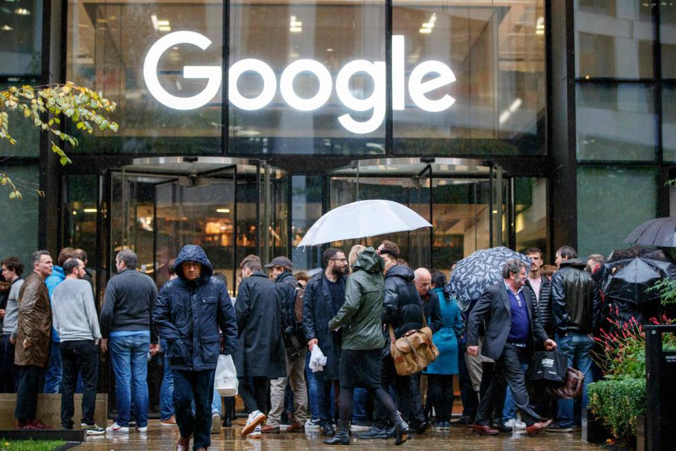 Trabalhadores de Google protestam no exterior da sede em Londres.