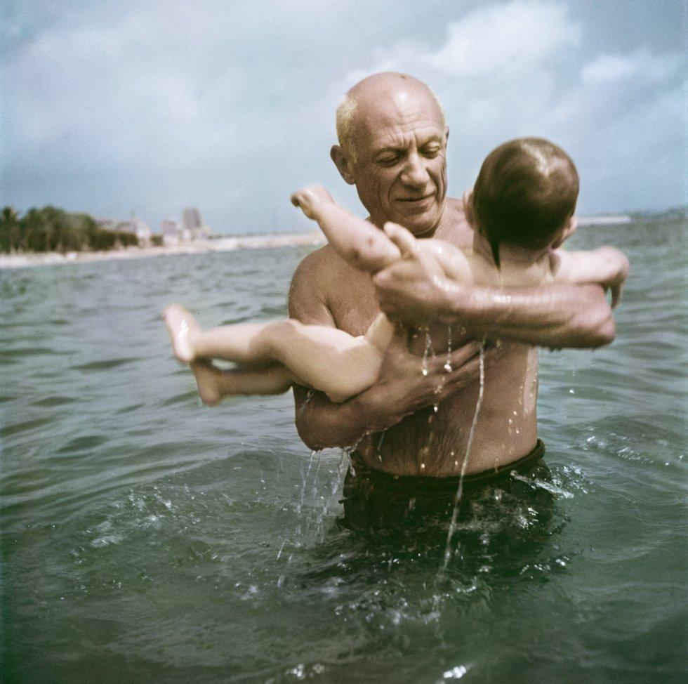 Pablo Picasso brinca com seu filho, Claude, em Vallauris, França, em 1948. Afastada da típica imagem de repórter de guerra, a faceta de Capa como retratista de personalidades da cultura floresceu no final dos anos quarenta e cinquenta.