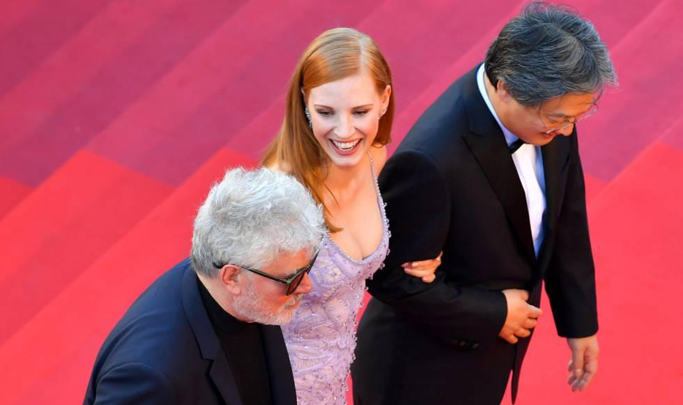 Pedro Almodóvar, Jessica Chastain e o diretor Park Chan-wook vão à exibição de Okja, filme da Netflix.