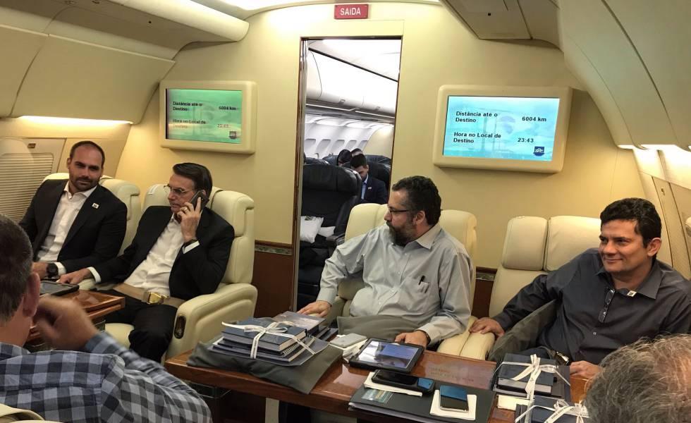 O presidente Jair Bolsonaro entre o filho Eduardo (à esq.), o chanceler Ernesto Araújo e o ministro Moro (Justiça), na aeronave a caminho de Davos.