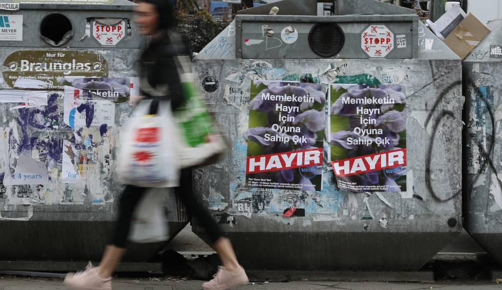Cartazes em Berlim pedem em turco votar 'não' no referendo.