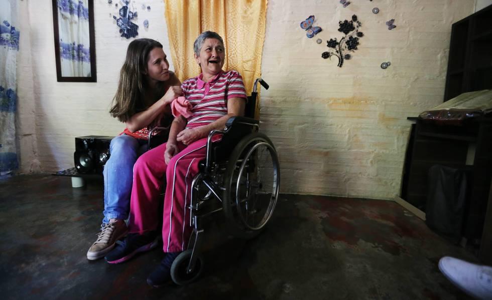 María Nelly (direita), uma das pacientes com Alzheimer hereditário de Antioquia (Colômbia) que participa do estudo sobre essa doença liderado por Francisco Lopera, com sua filha Yaned.