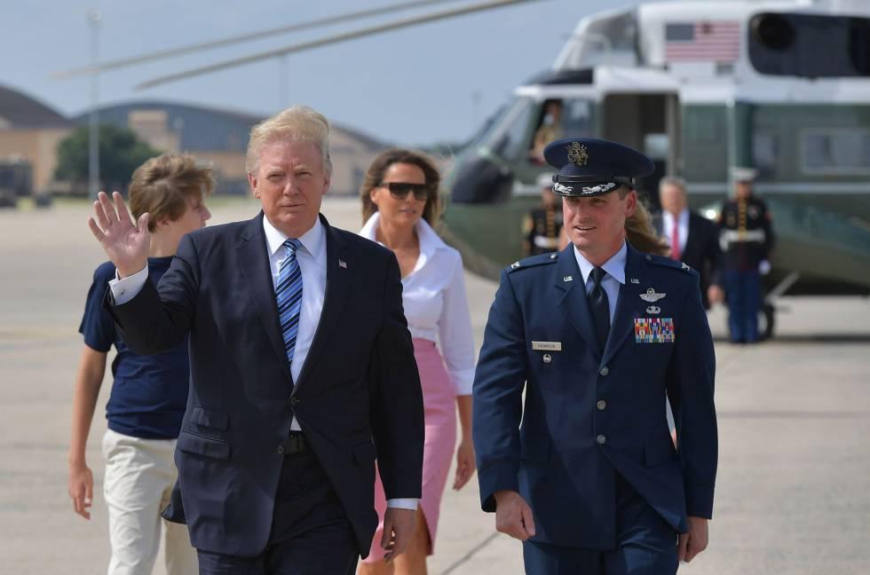 O presidente Donald Trump, sua esposa, Melania, e seu filho Barron com um dos pilotos do Air Force One.