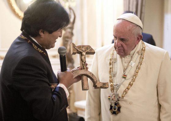 Evo Morales presenteando o Papa com o crucifixo.