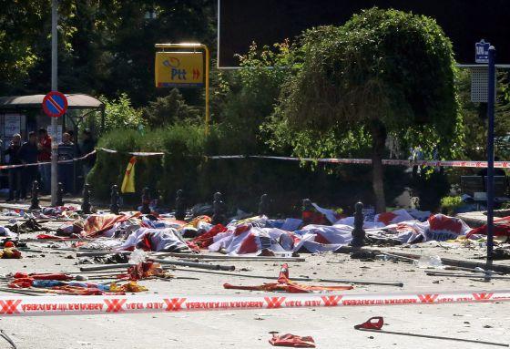 Vítimas do atentado em Ancara jazem, cobertas com pano, no local do massacre.