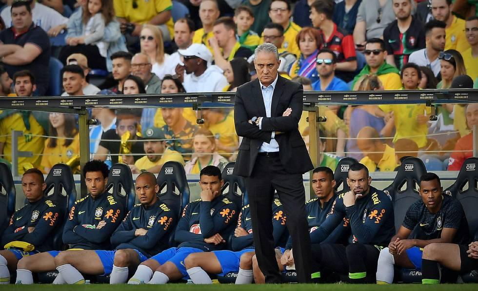 Tite observa o amistoso da seleção contra o Panamá.