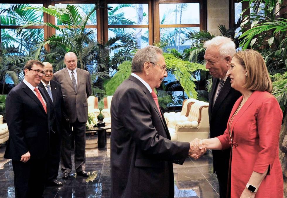 O presidente cubano, Raúl Castro, recebe ministros espanhóis.