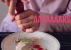 Brincar com a comida, lamber a faca, não usar camiseta... Esse vídeo resume, num minuto, os erros básicos na hora de comer