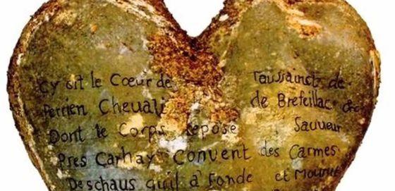 Urna de chumbo em forma de coração com uma inscrição que atribui o coração a Toussaint Perrien, cavaleiro de Brefeillac.