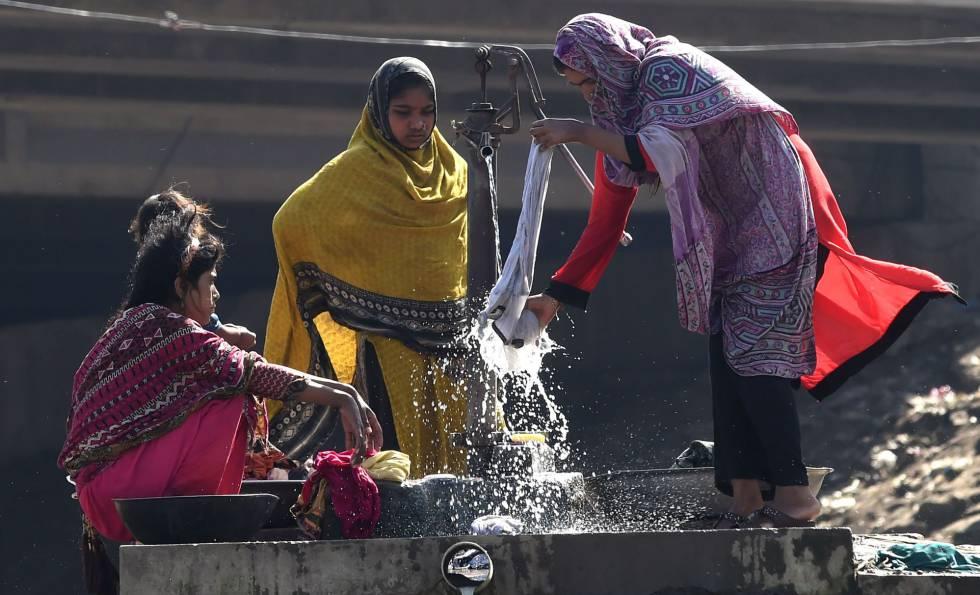 Mulheres paquistanesas lavam roupa em Lahore.
