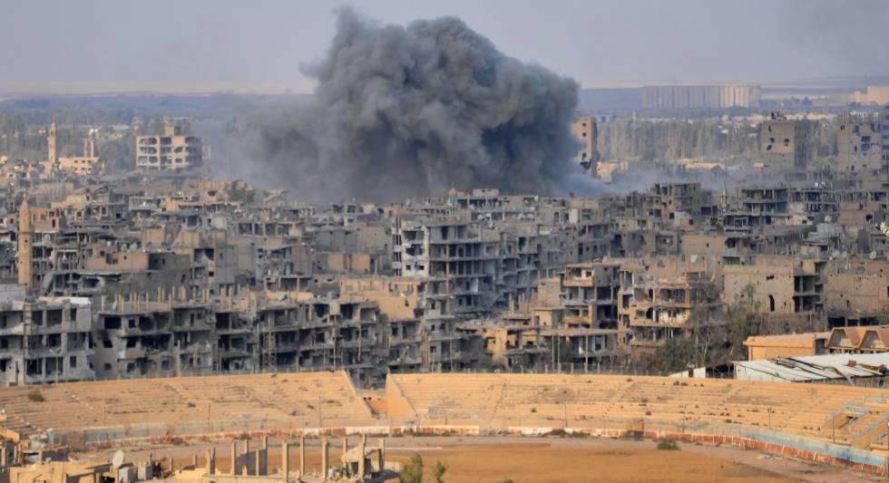 Uma coluna de fumaça se eleva sobre a cidade de Deir Ezzor durante uma operação do regime contra posições do EI.