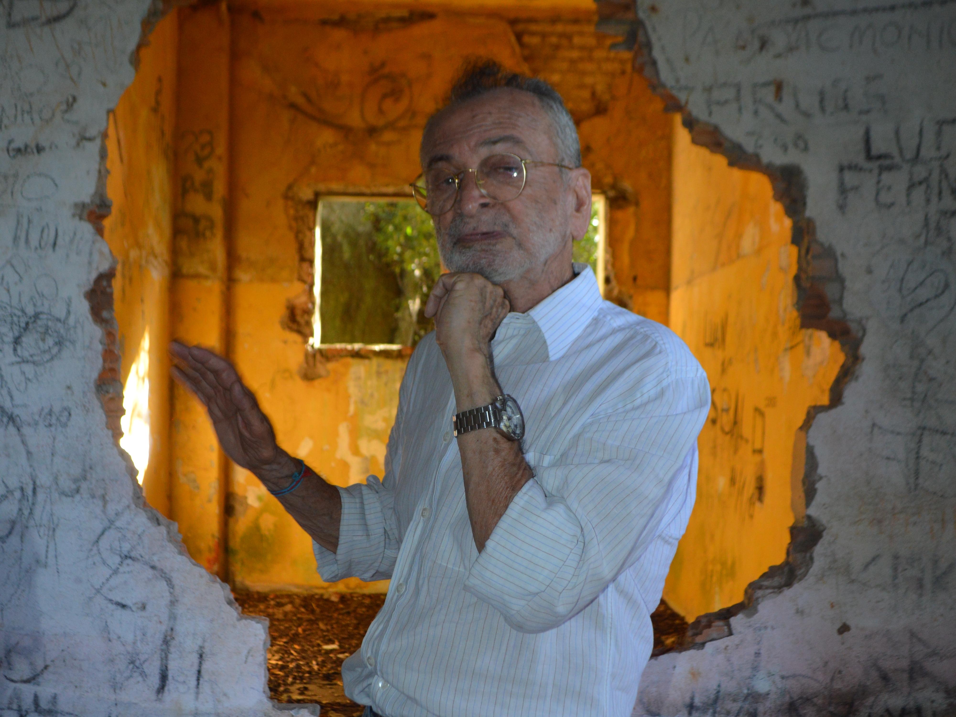Pinheiro Salles na Ilha do Presídio: jornalista segura a mandíbula, destroçada pelas sessões de tortura a que foi submetido.