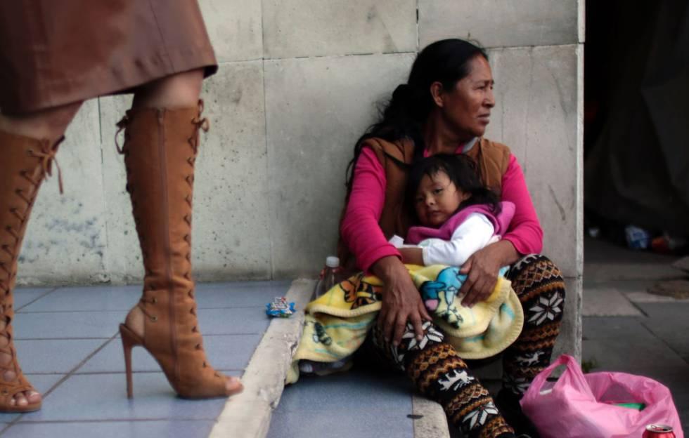 Bernardina Alvarado e sua neta Dulce aguardam notícias de seus familiares no necrotério.
