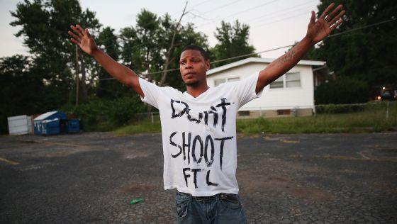 Um jovem protesta nas ruas de Ferguson.