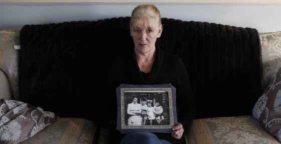 Helen McKendry, uma das filhas de Jean McConville, com uma foto familiar.