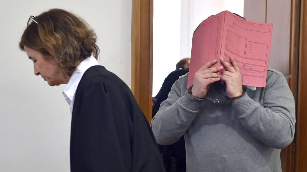 Nils Högel tapa o rosto durante o julgamento em Oldenburg, em 2015.