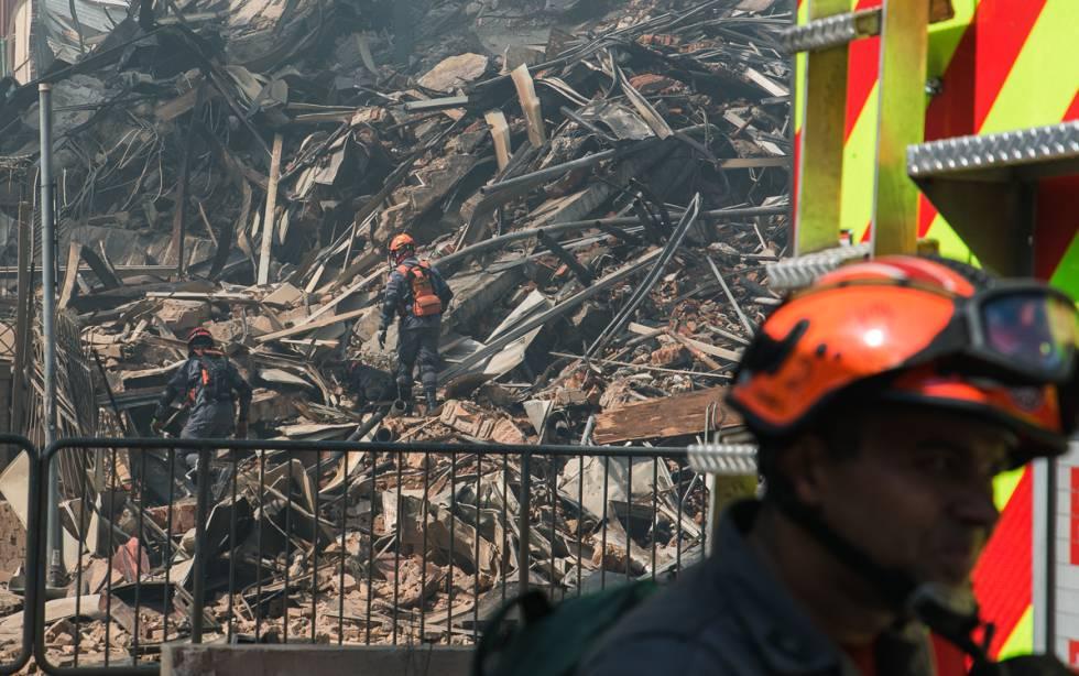 Bombeiros buscam sobreviventes nos escombros