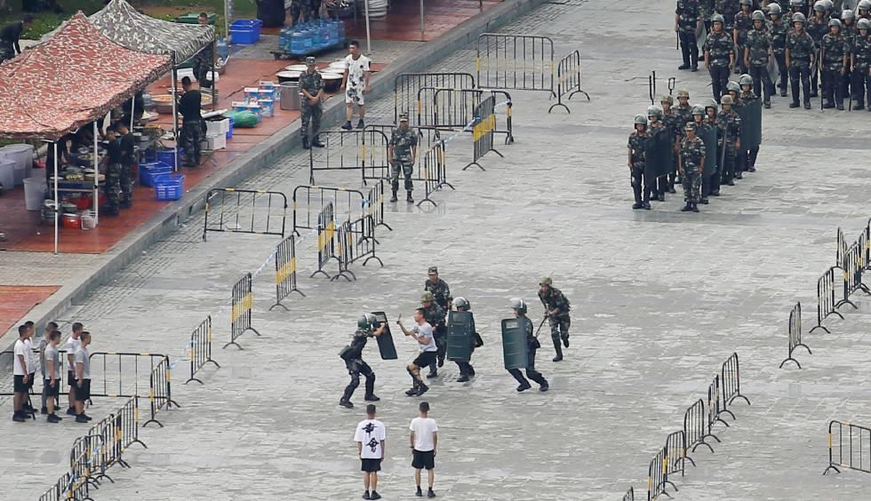 Militares chineses participam em exercício antidistúrbios no estádio de Shenzhen, na fronteira de Hong Kong.