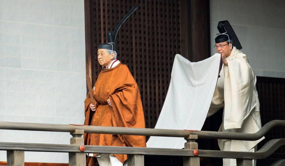 FRA01. TÓQUIO (JAPÃO), 29/04/2019.- O imperador japonês Akihito caminha rumo a um rito de apresentação de relatórios no Santuário Imperial (Kashikodokoro) no dia da cerimônia de sua abdicación nesta terça-feira, no Palácio Imperial de Tóquio (Japão). O imperador Akihito, de 85 anos, é o primeiro imperador japonês em renunciar ao trono em era-a moderna. Seu sucessor é seu filho maior, quem será coroado imperador o 1 de maio, o que marcará o começo do período Reiwa. EFE/JIJI PRESS PROIBIDO SEU USO EM o JAPÃO / SÓ USO EDITORIAL/NÃO ARQUIVO
