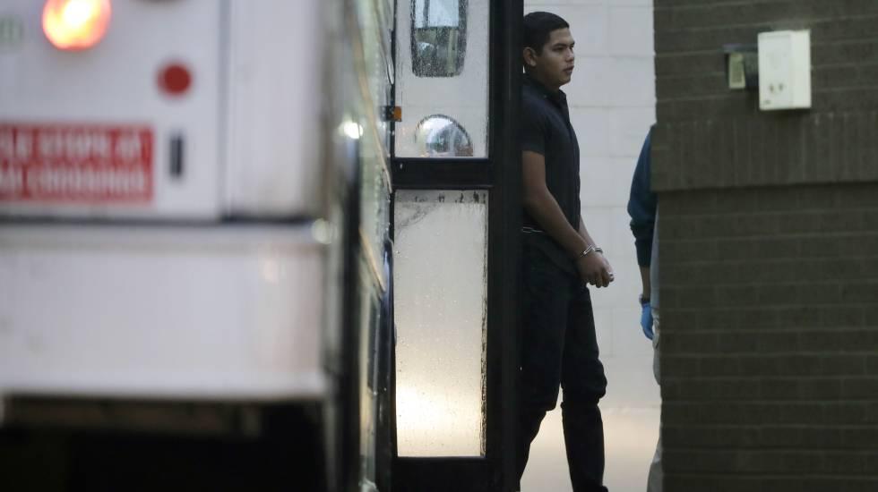 Imigrante algemado chega a um tribunal de McAllen, no Texas